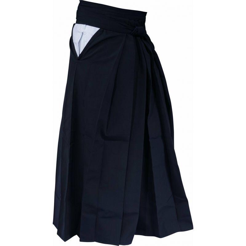 Le Hakama, complémente la tenue d'aïkido, dès lors que l'aïkidoka à avoir quelques années de pratique.