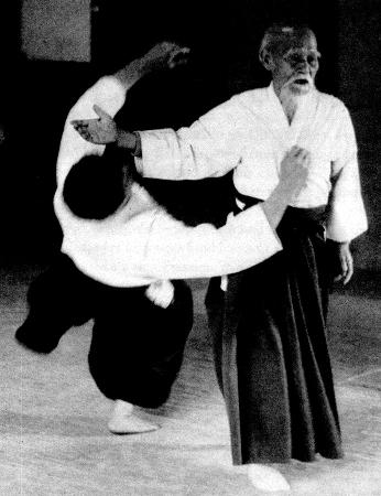 O'Sensei accompagné d'un de ses élèves. À travers le Ki, il et possible de ''ressentir'' les intentions de l'ennemi