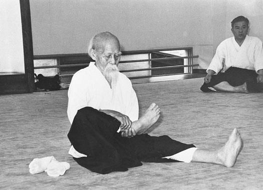 O'Sensei Morihei Ueshiba lors d'un échauffement avant la pratique de l'aïkido